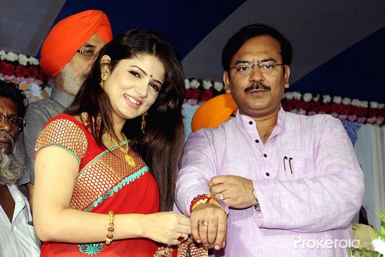 Actress Srabonti tie Rakhi on the wrist of West Bengal ...