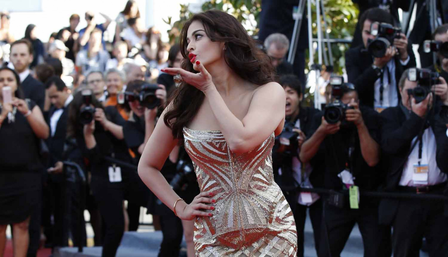 Beautiful Aishwarya Rai flying kiss Cannes hd wallpapers ...