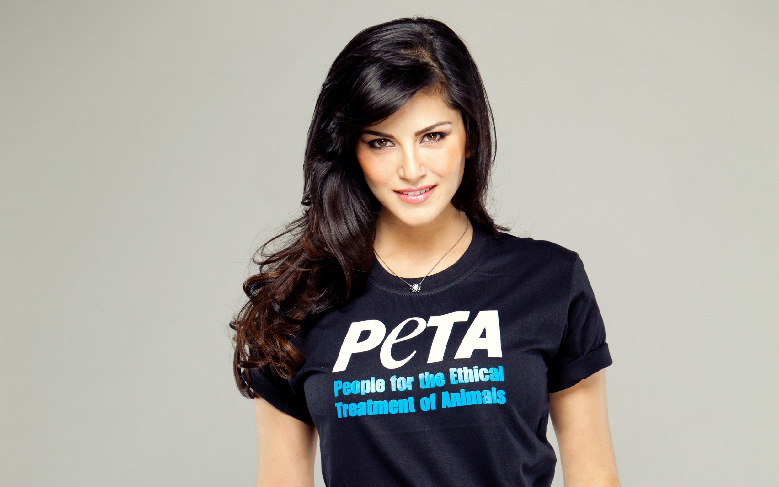 Beautiful Bollywood Heroine Sunny Leone in Tshirt ...