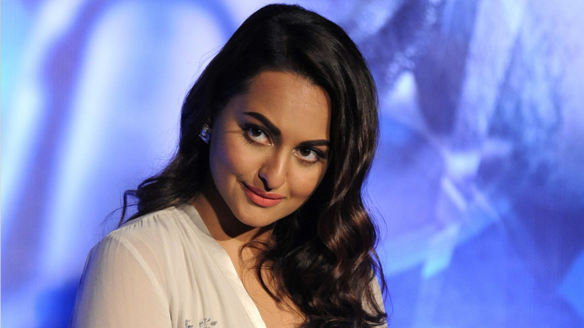 Beautiful Bollywood Sonakshi Sinha Actress HD Wallpapers