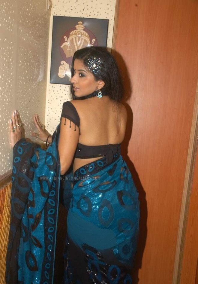 Bhojpuri actress Monalisa cheekily shows off her ample ...