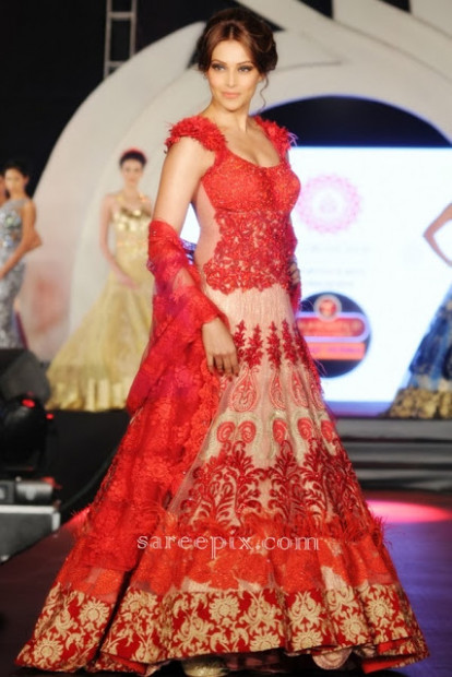 Bipasha Basu in red lehenga at Marigold watches fashion ...