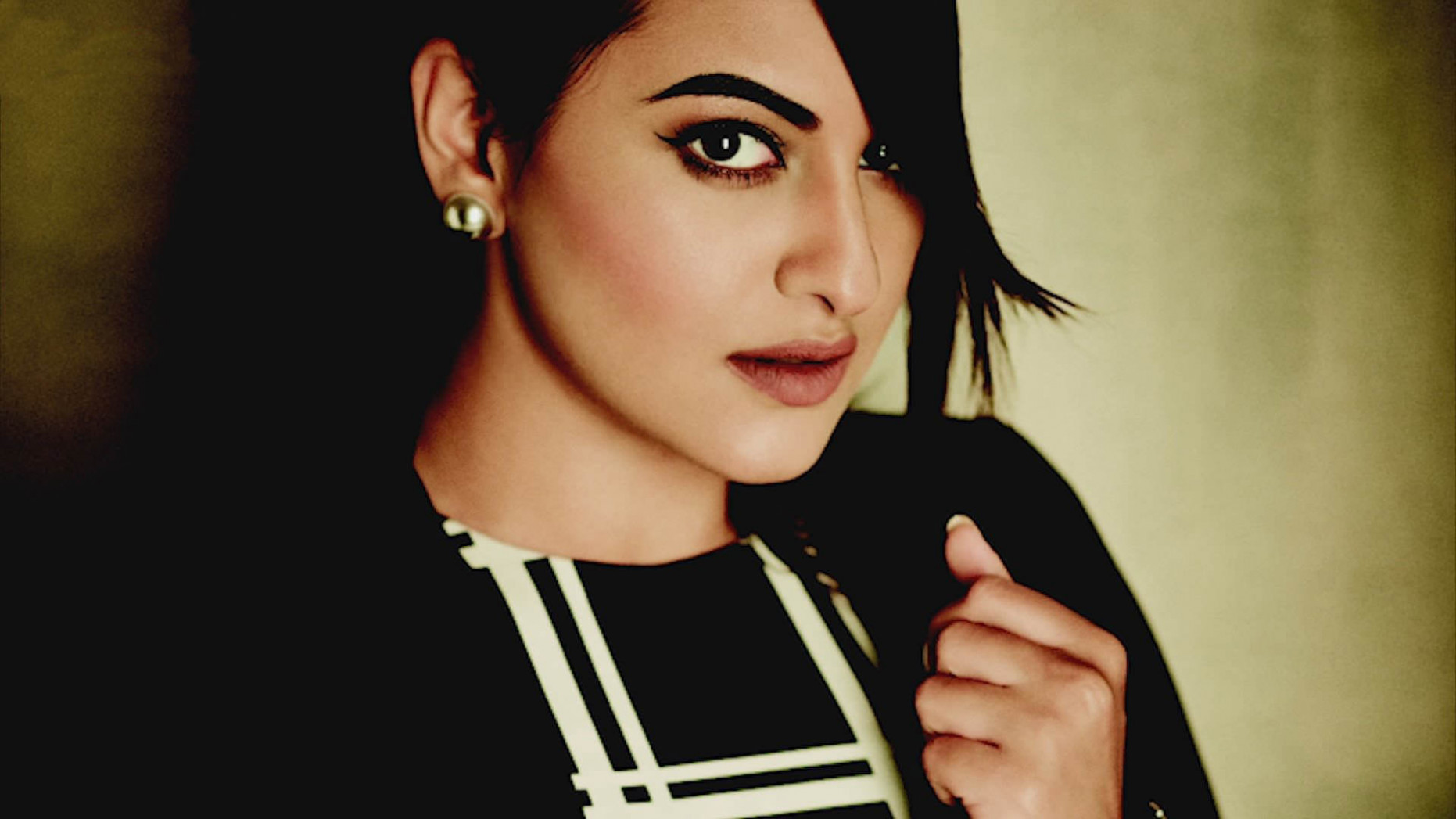 Free Hot Hd Wallpapers of Bollywood Actress Sonakshi Sinha