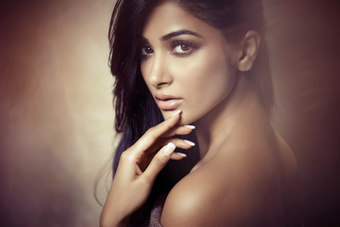 Hot and backless photo of tollywood actress Pooja Hegde ..