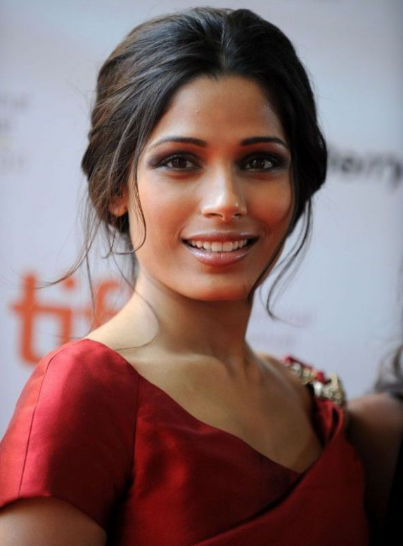 Les plus belles coiffures de Freida Pinto | Brun - bollywood party makeup