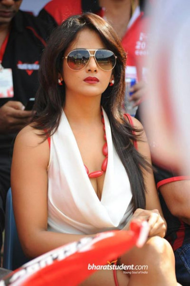 Sexy lucky mascot @ CCL - Tollywood News & Gossips