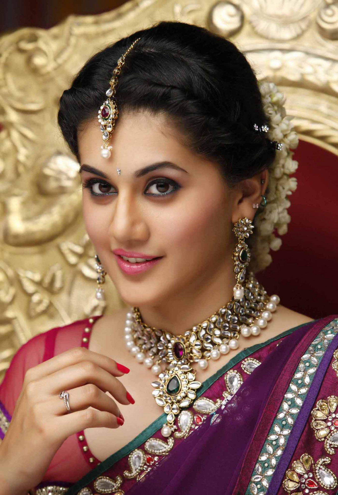 Taapsee Pannu telugu Actress beautiful red saree hd pics ...