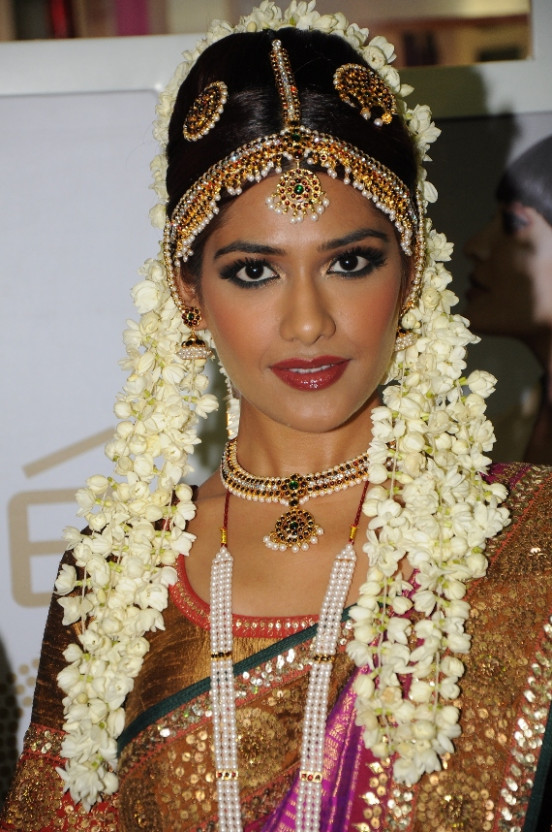 Three Indian Bridal Makeup Looks by Lakme Salon ...