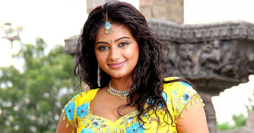 Tollywood Actress Priyamani hot Navel show photos stills ...