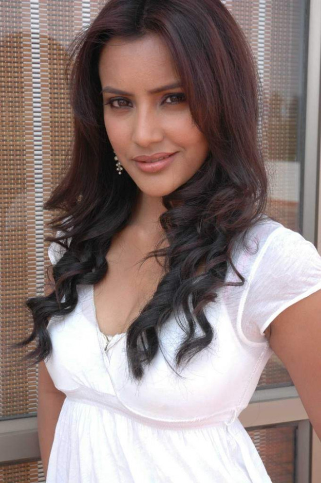 Tollywood Hot Actress Priya Anand Photos Gallery in white ...