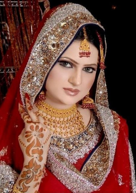 Top 10 Most Beautiful Indian Bridal Sarees Looks - Yabibo