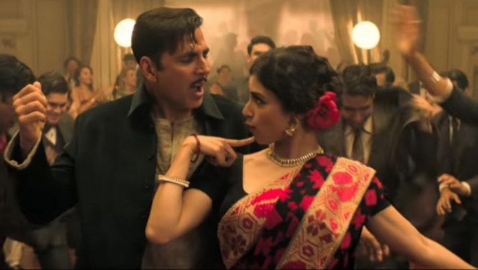 Gold Monobina Song out: Akshay Kumar, Mouni Roy groove to ...