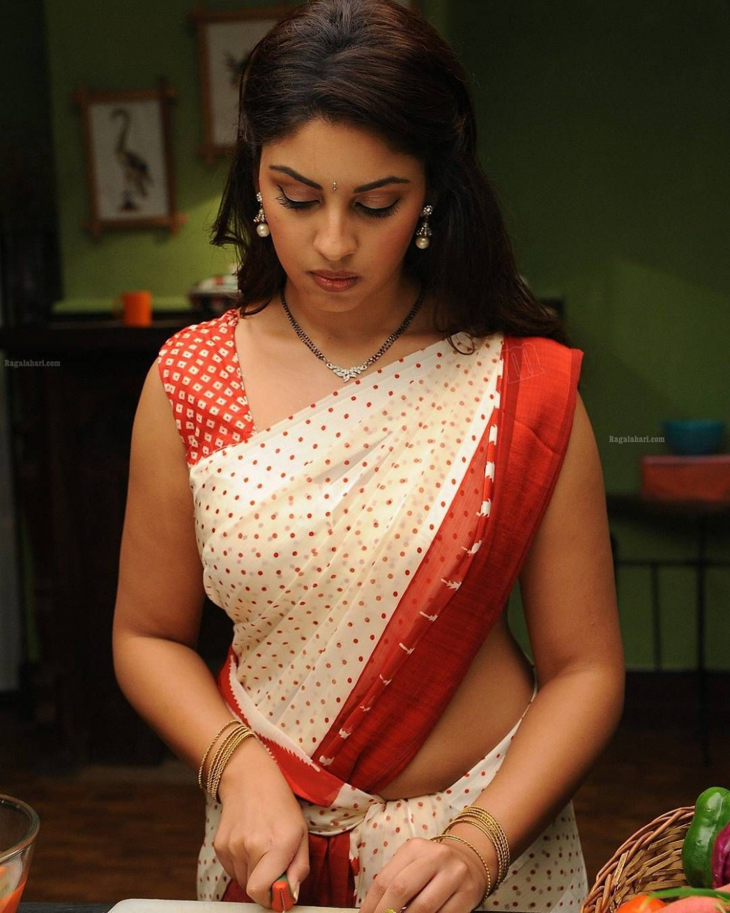 1,291 Likes, 21 Comments - Hot Saree Girls