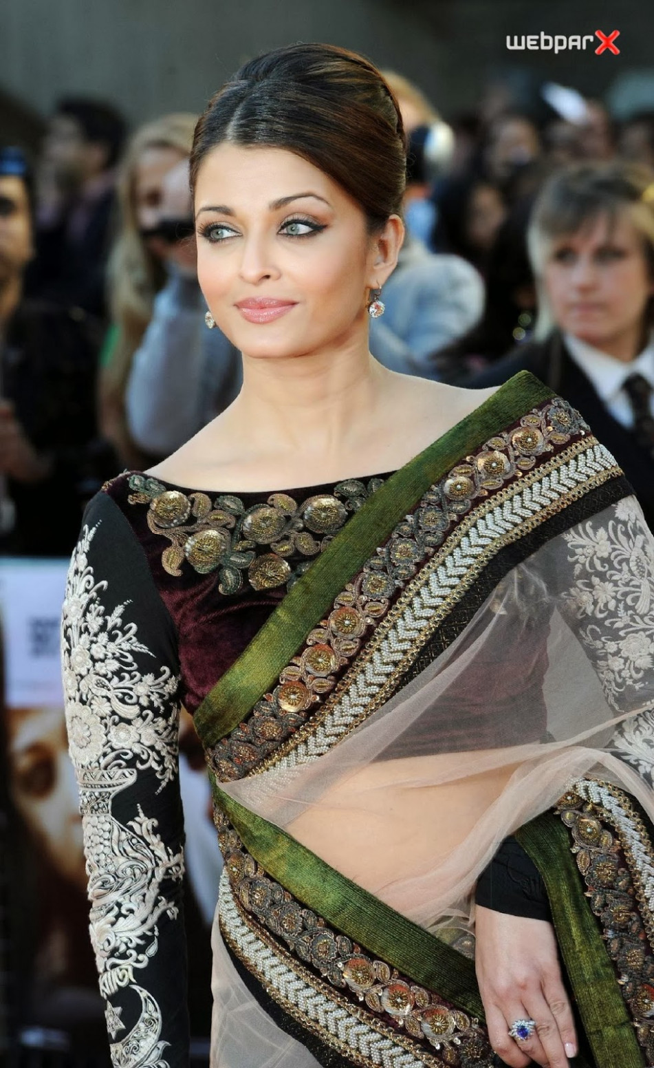 Aishwarya Rai HD Wallpapers - Hot Photos in Saree
