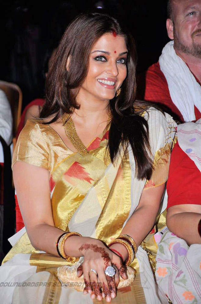 Aishwarya Rai Traditional Look Saree Stills,Gallery