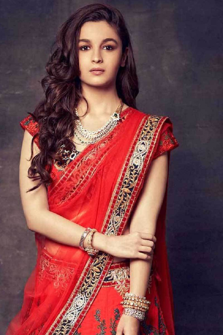 Alia Bhatt in red saree looking gorgeous mobile wallpaper