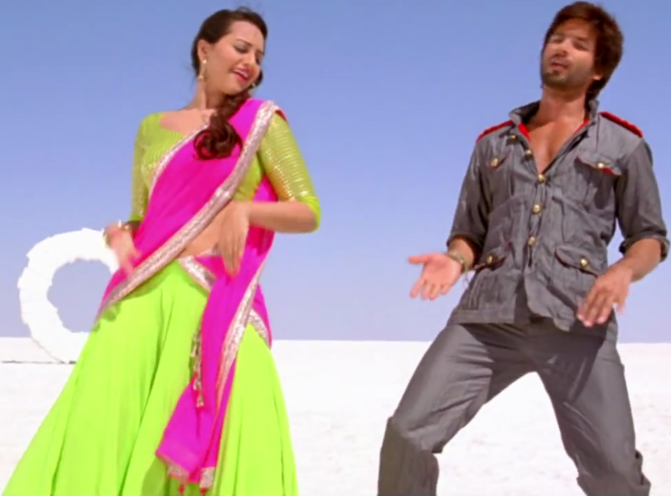 Bollywoods: Sonakshi Sinha - Saree Ke Fall Sa Song