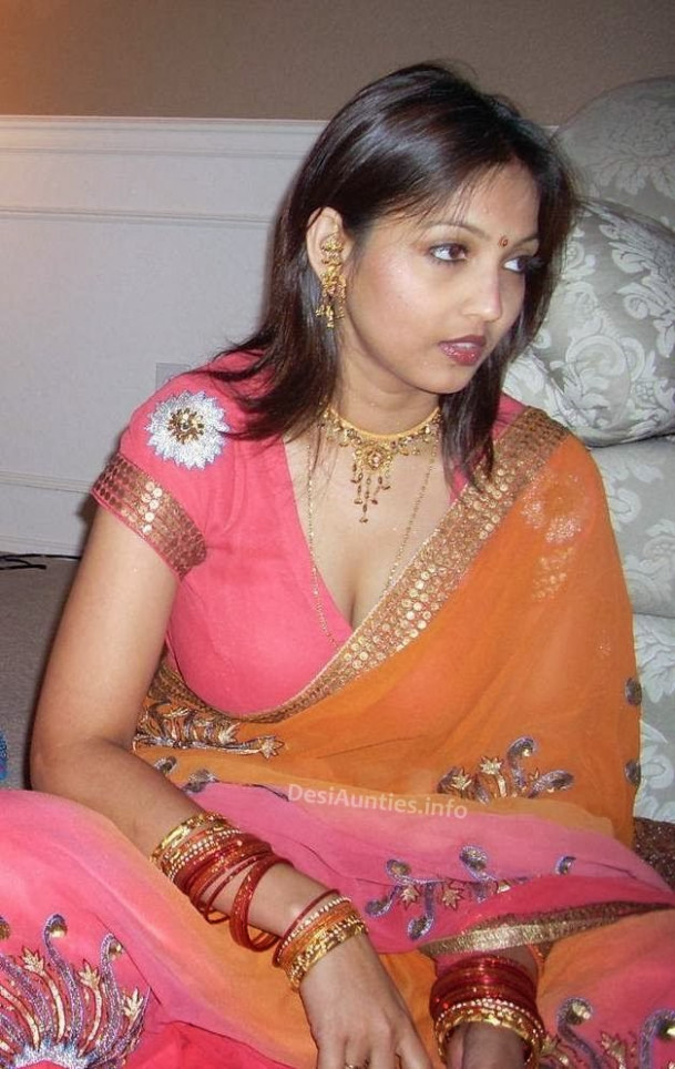 Desi Aunty real hot pictures Indian Aunty blouse saree