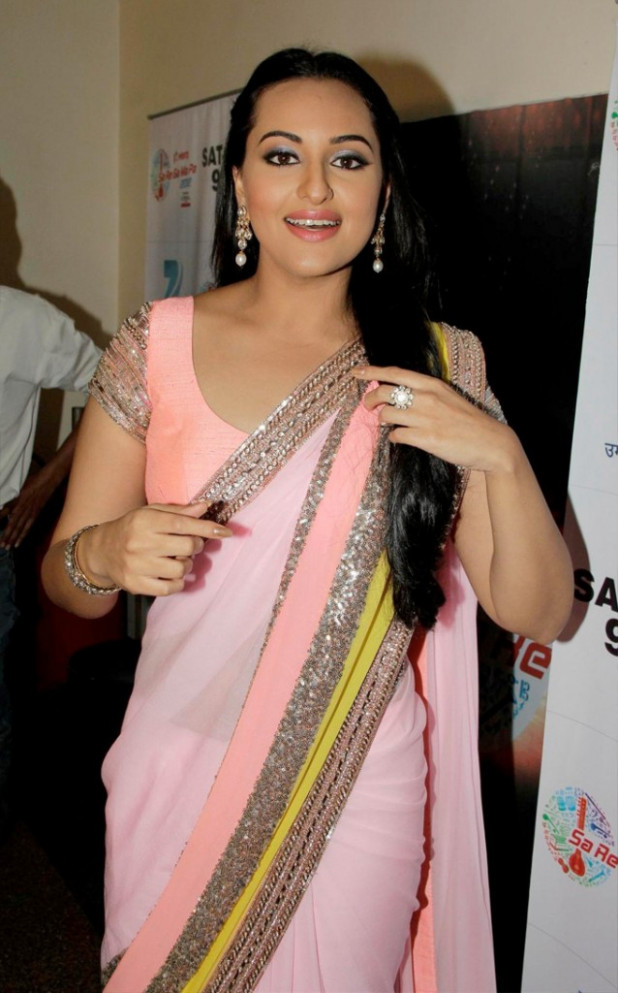 Download HQ Wallpapers: Sonakshi Sinha HD Wallpapers In Saree