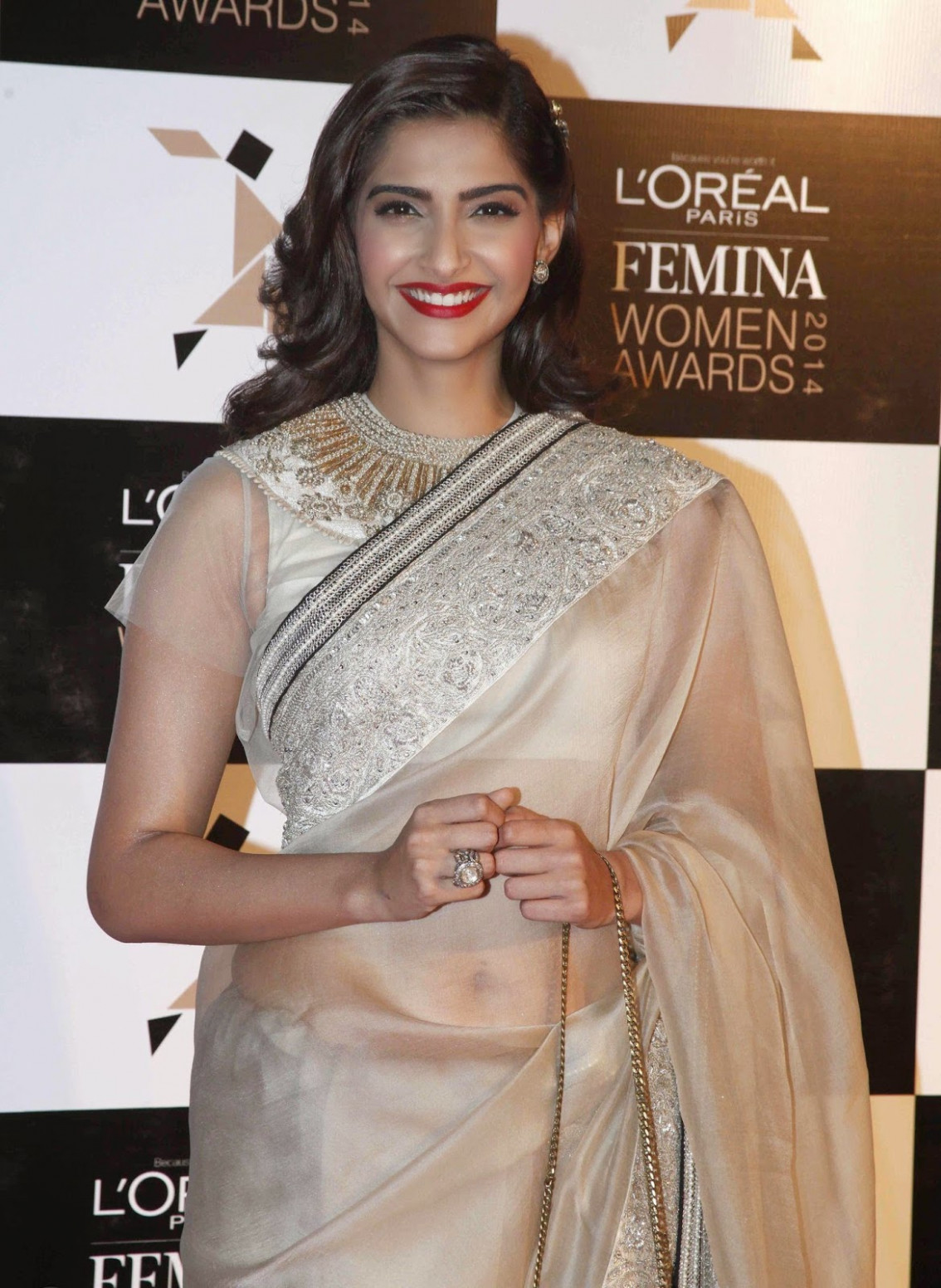 High Quality Bollywood Celebrity Pictures: Sonam Kapoor