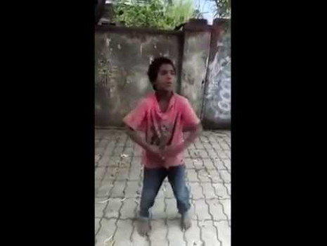 Indian poor Boy's Awesome Dance on Street Must Watch