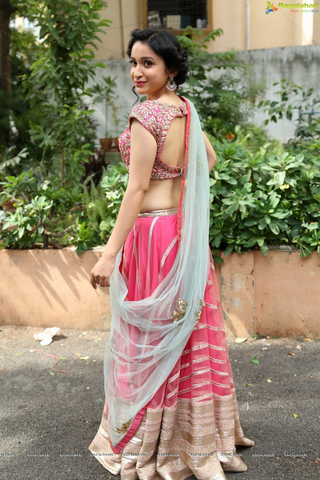 Saree Seduction: Sakshi Kakkar in pink backless blouse