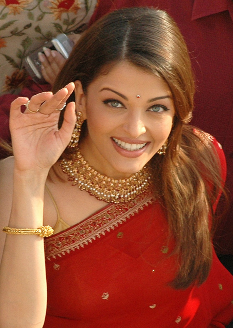 TAMIL CINEMA NEWS: Cute Aishwarya Rai - Saree Stills